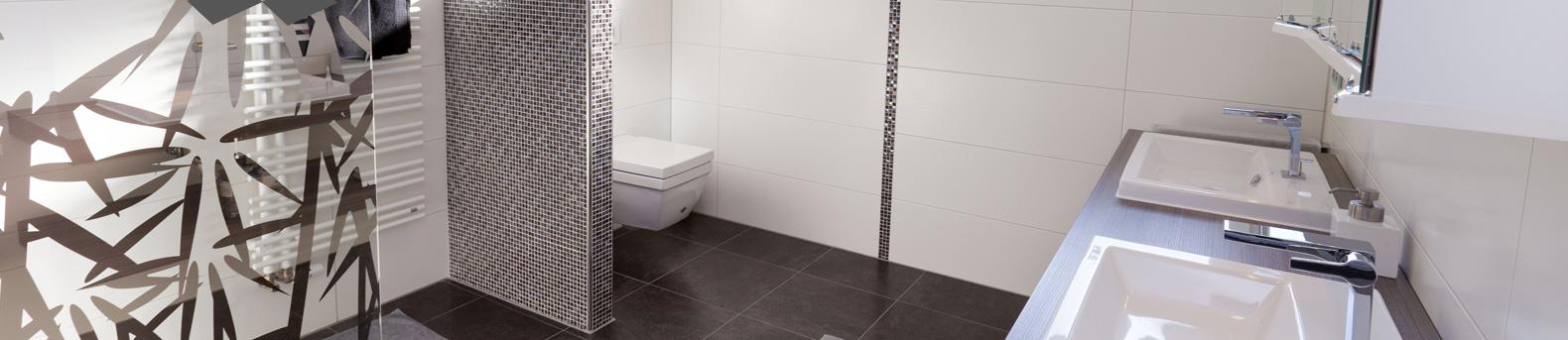 Badezimmer mit großen sowie kleinen Fliesen ineinader abgestimmt.